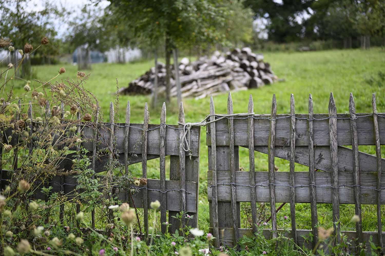 Ein Holzgatter auf dem Bauernhof