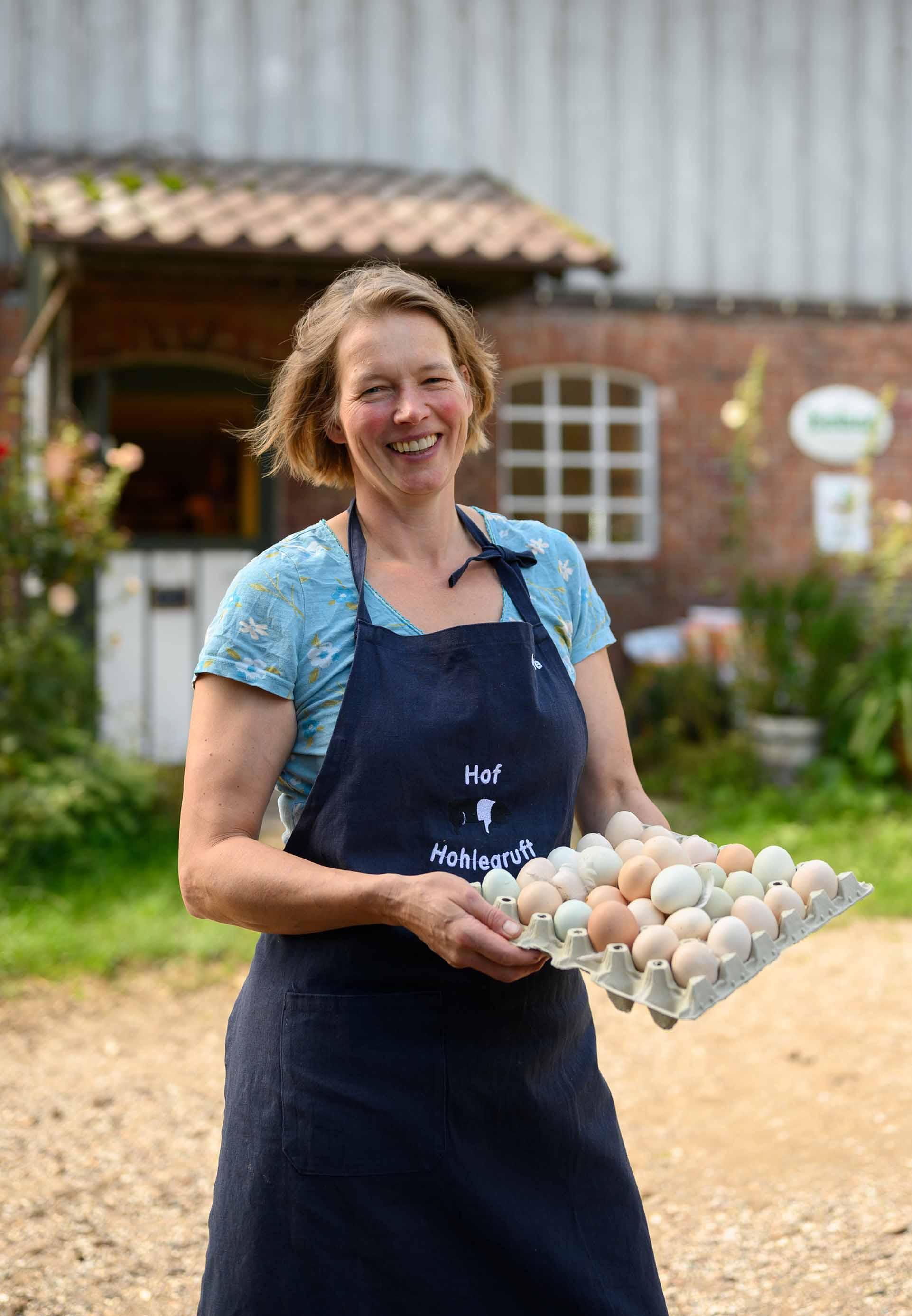 Anke Stoltenberg mit den Eiern ihrer freilaufenden Hühner