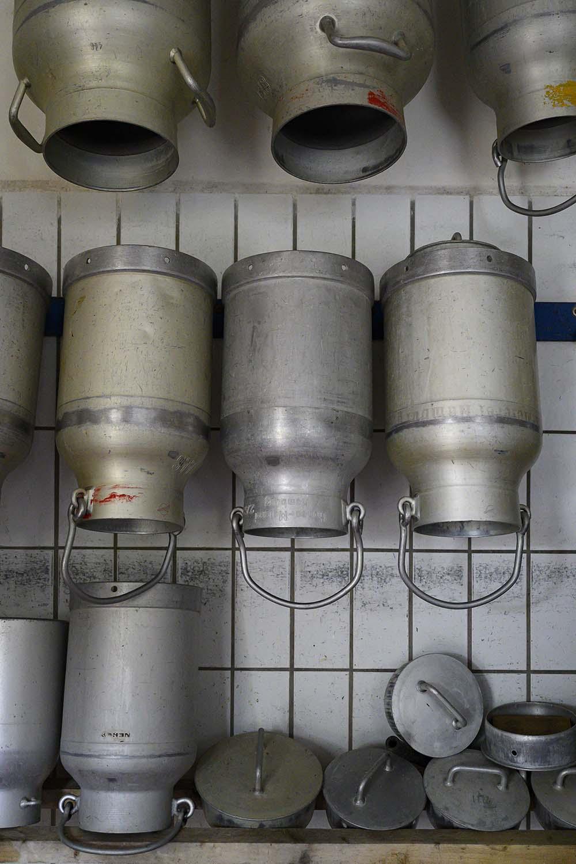 Milchkannen in der Käserei