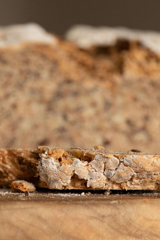 Angeschnittenes Dinkelvollkornbrot mit Körnern
