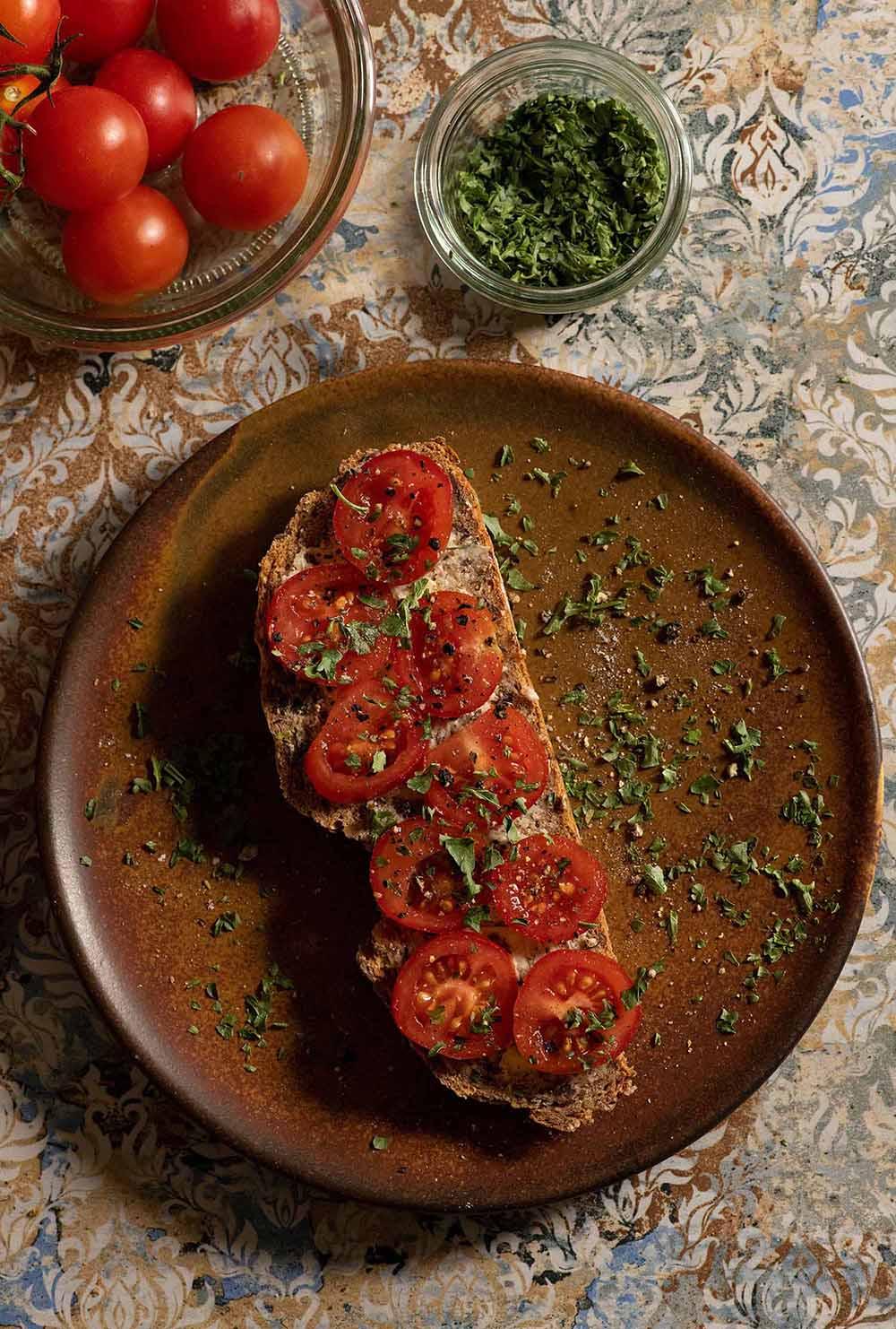 Dinkelvollkornbrot mit Körnern und Tomate