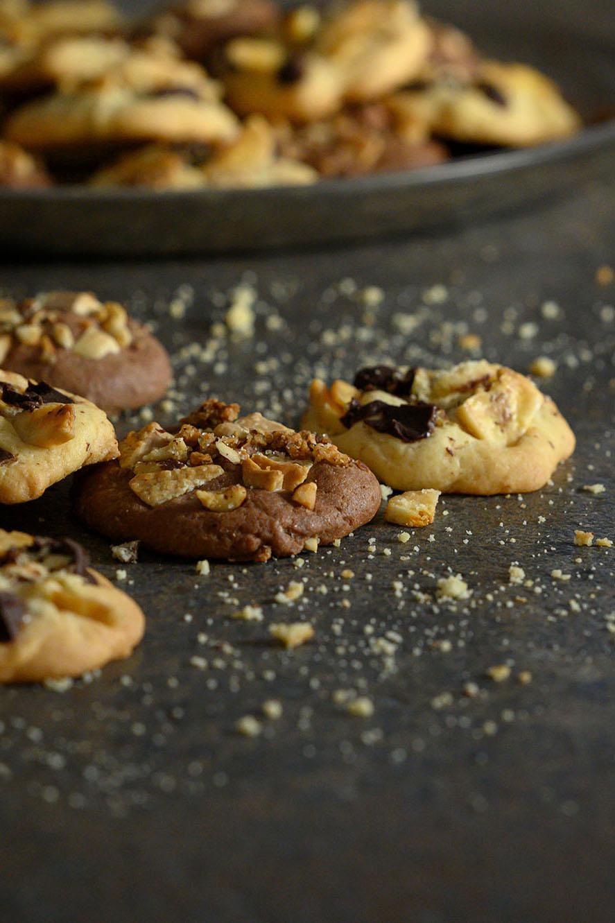 Fertige Schoko-Cookies mit Krokant