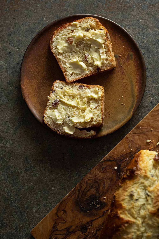 Rosinenbrot mit Butter