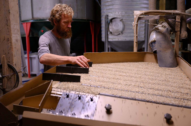 Philipp an der Maschine, mit der er sein Getreide sortiert