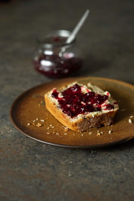 Rosinenbrot mit Butter und Marmelade