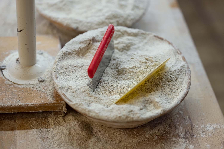 Ein Körbchen mit Mehl in der Backstube