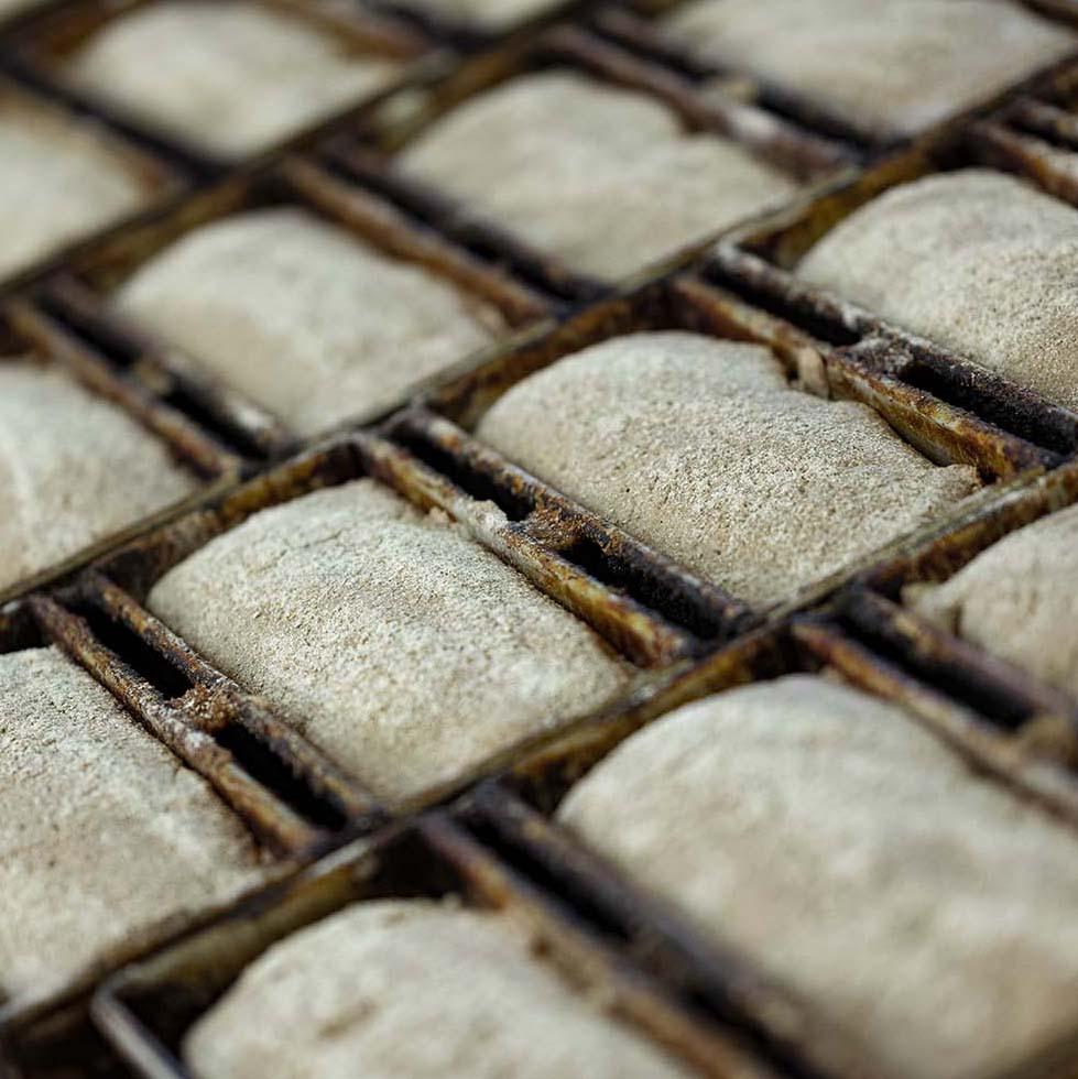 Brotlaube liegen in der Backstube in Backformen