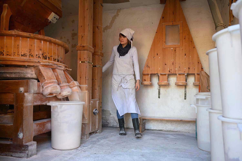 Verena mahlt in der Mühle Mehl für ihre Backstube