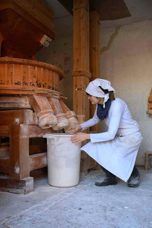 Bäckerin Verena kontrolliert in der Mühle das Mehl für die Backstube