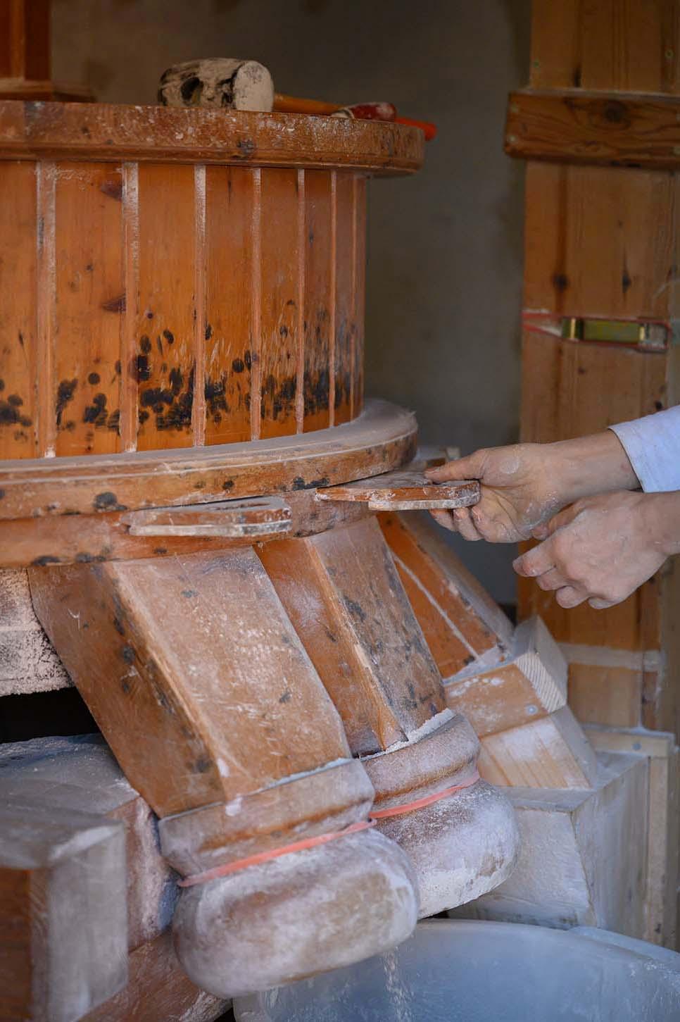Verena verschließt die Mühle nach dem Mahlen des Mehls
