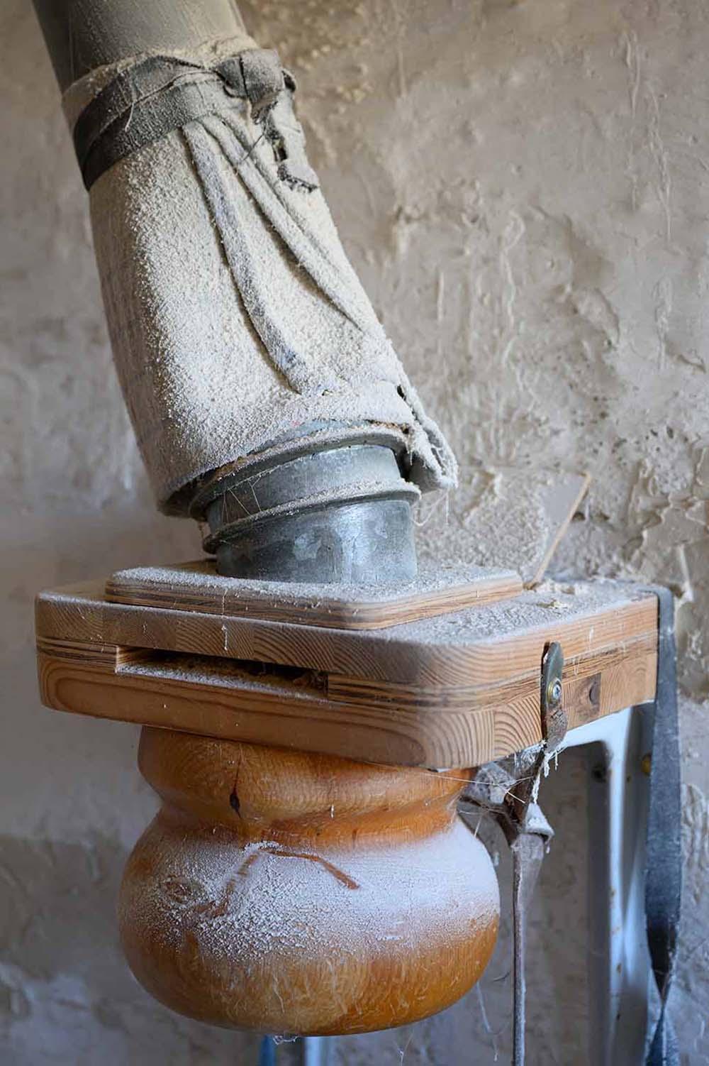 In der Mühle wird das Mehl für die Backstube gemahlen