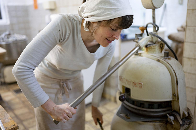 Bäckerin Verena macht in der Backstube Brötchen