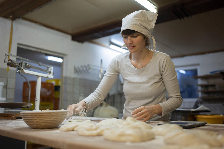 Bäckerin Verena macht in ihrer Backstube Ciabatta-Brote
