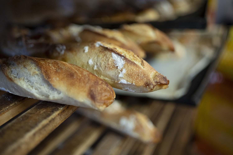 Baguettes kühlen in der Backstube aus