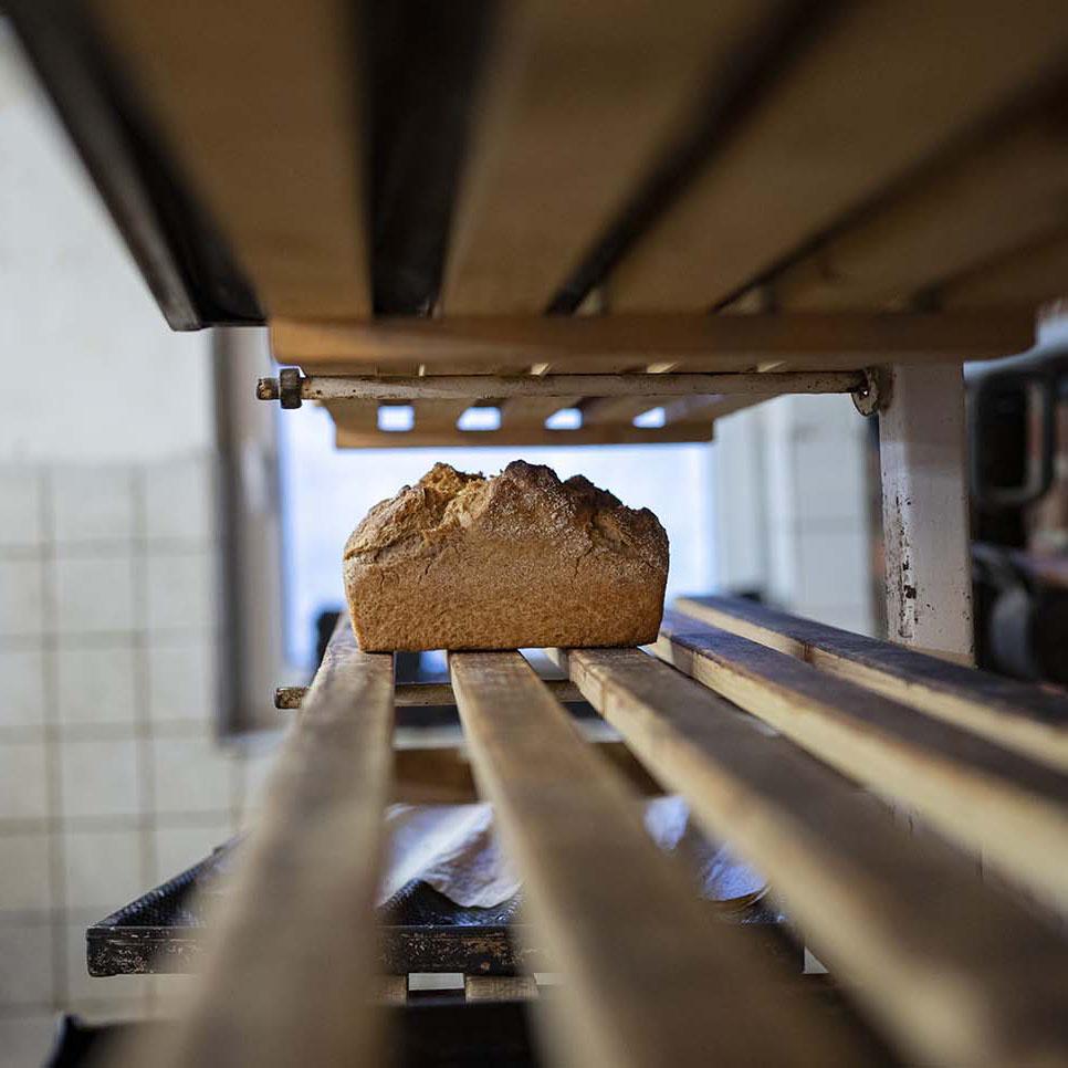 Gebackenes Brot in der Backstube