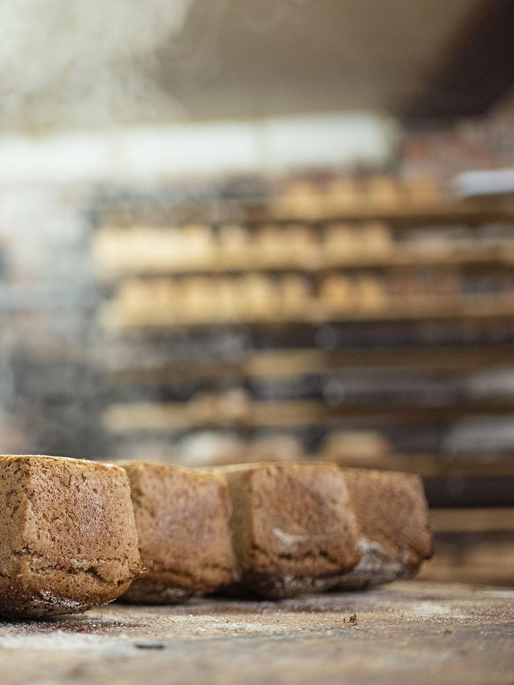 Fertige Brote dampfen in der Backstube