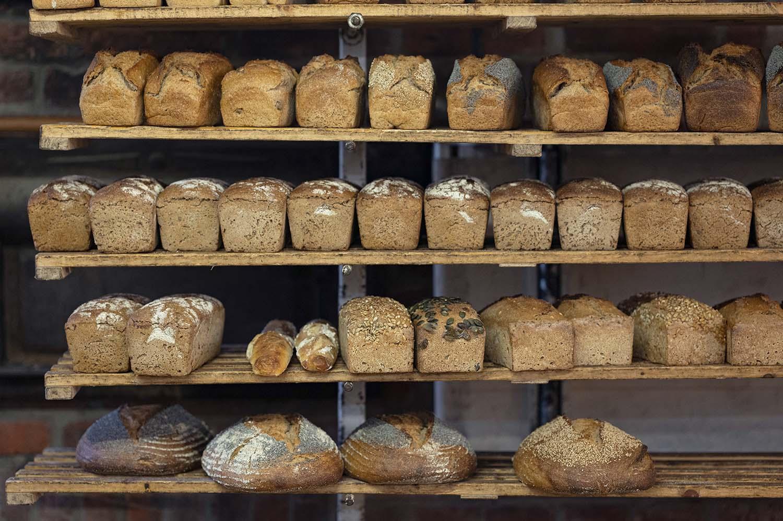 Ein volles Regal fertiger Brote in der Backstubeube