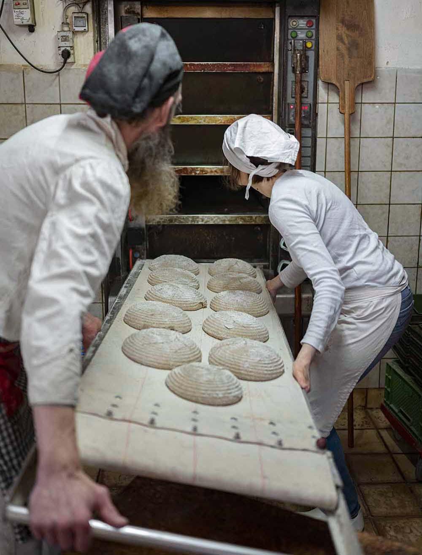 Die Brote kommen in der Backstube in den Ofen