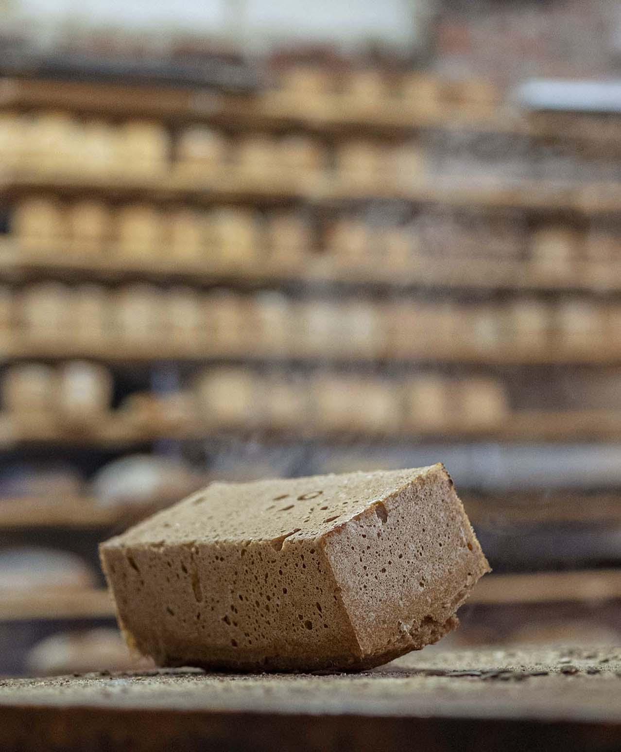 Ein Brot dampft in der Backstube