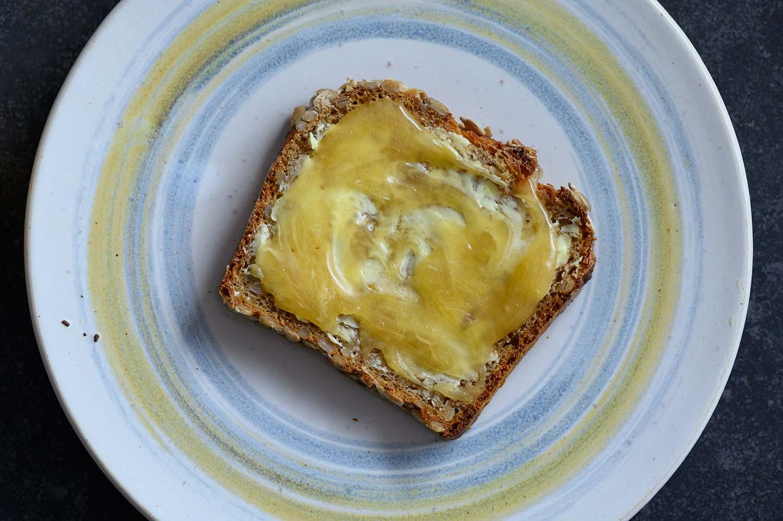 Ein selbstgebackenes Dinkelvollkornbrot mit Honig