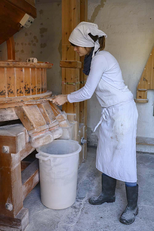 Verena verschließt die Mühle, nachdem sie Mehl gemahlen hat