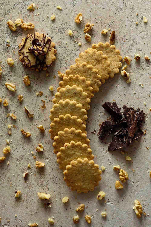 Walnusskekse mit frischen Walnüssen und Schokolade
