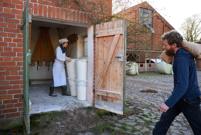 Philipp trägt einen Sack Getreide zur Mühle