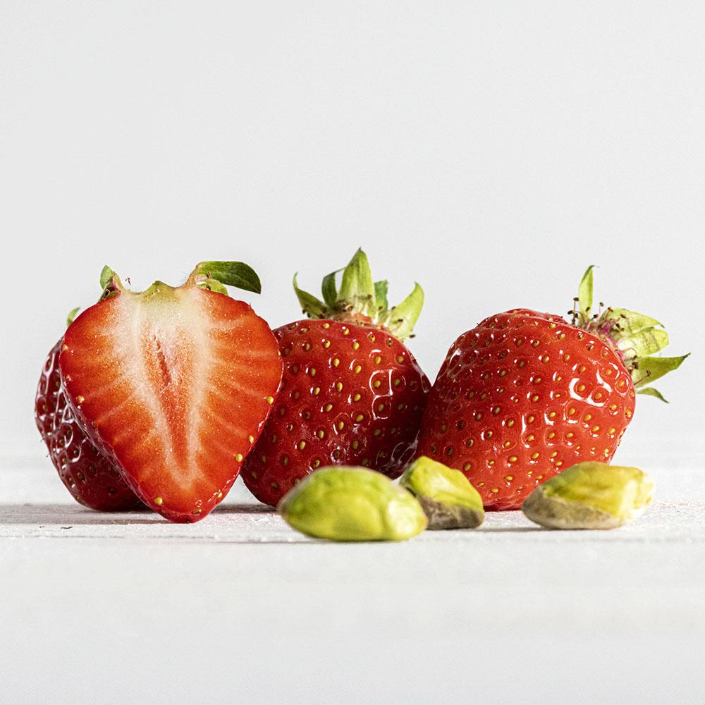 Frische Erdbeeren und Pistazien