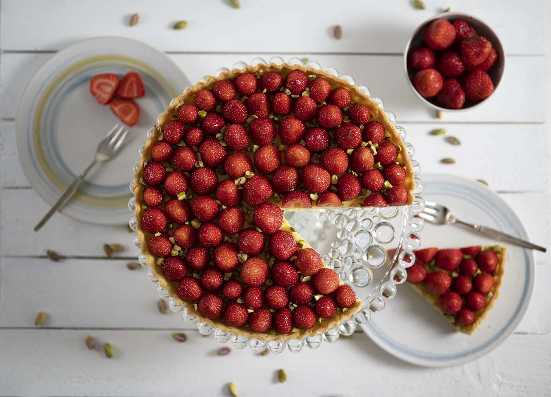 Erdbeerkuchen mit frischen Erdbeeren und Pistazien