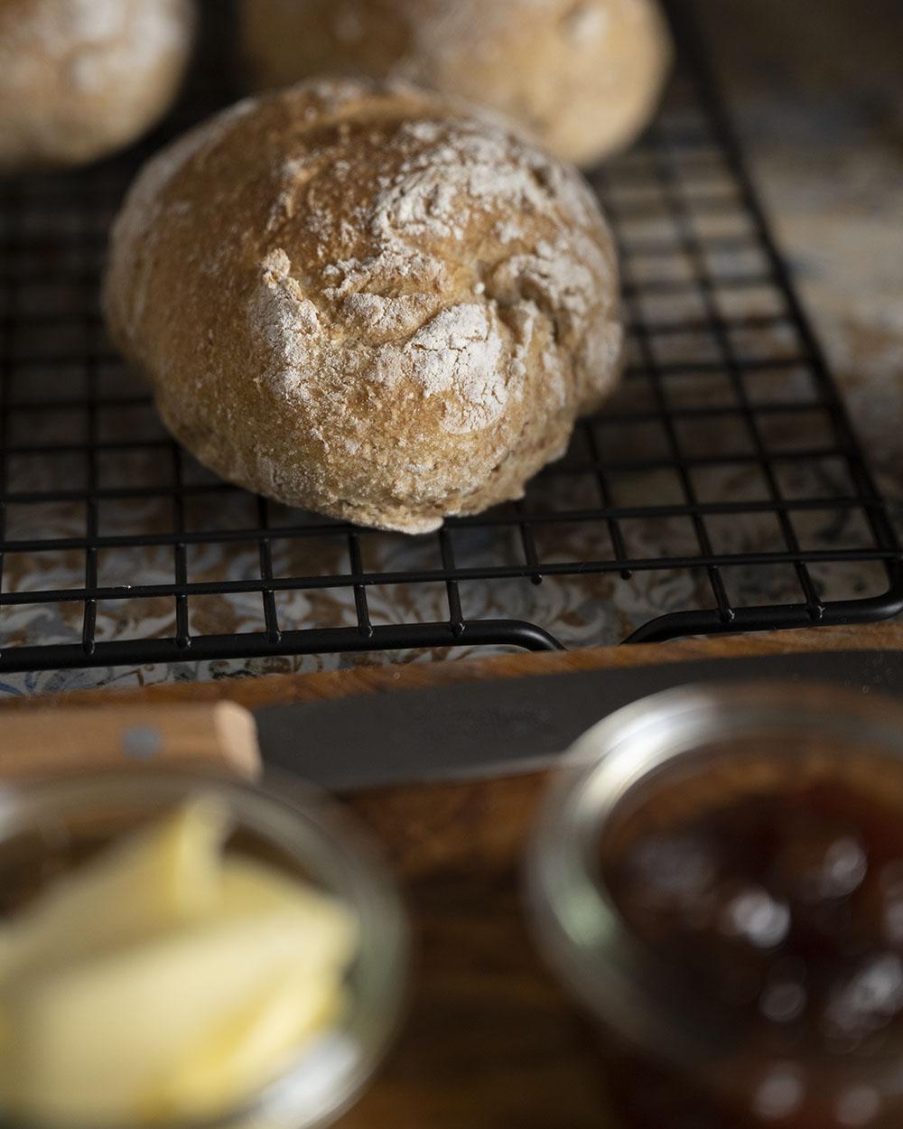 Seöbstgemachte Kartoffelbrötchen mit Butter und Marmelade