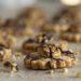 Knusprige selbst gebackene Walnusskekse mit Schokolade.