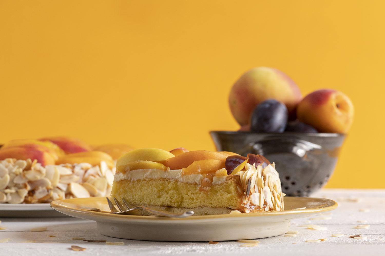 Saftiger Obstkuchen mit Pfirsichen, Aprikosen und Zwetschgen