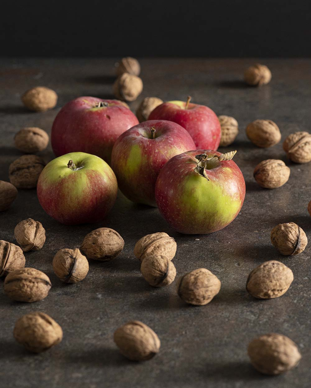 Äpfel und Walnüsse für Walnussbrot