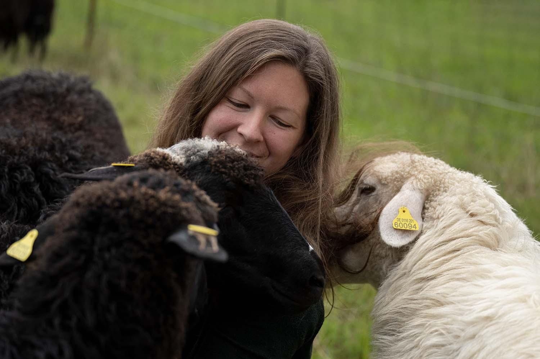 Milchschäferin Sandra und ihre Schafe auf der Weide