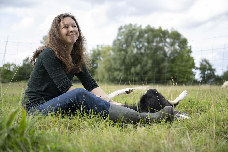 Schäferin auf der Weide mit ihrem Hütehundtehund