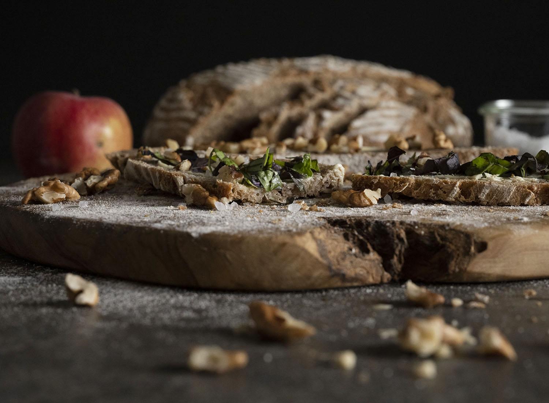 Selbst gebackenes Walnussbrot aus Vollkornteig und mit geriebenen Äpfeln