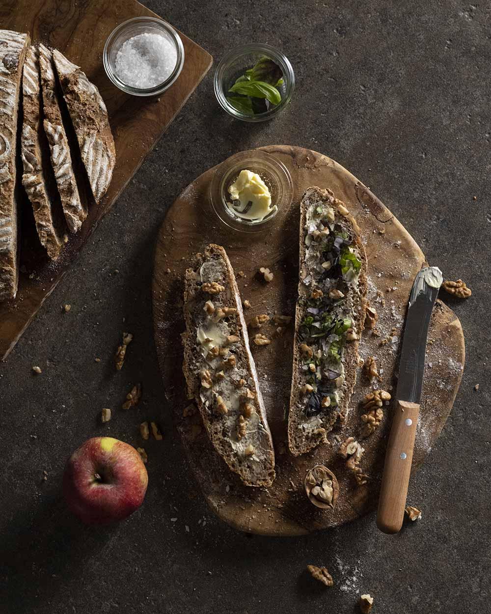 Fertig gebackenes Walnussbrot aus Vollkornteig mit Nüssen und ÄpfelnÄpfeln