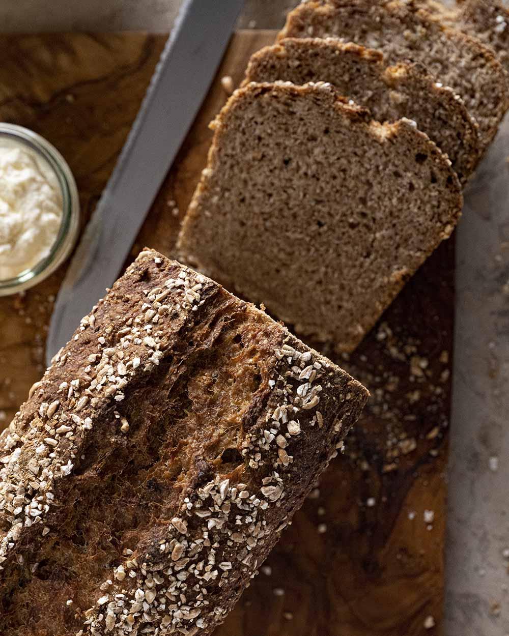 Abgeschnittene Schreiben von unserem Quark-Quitten-Brot, die das fluffige, saftige Innere zeigen.