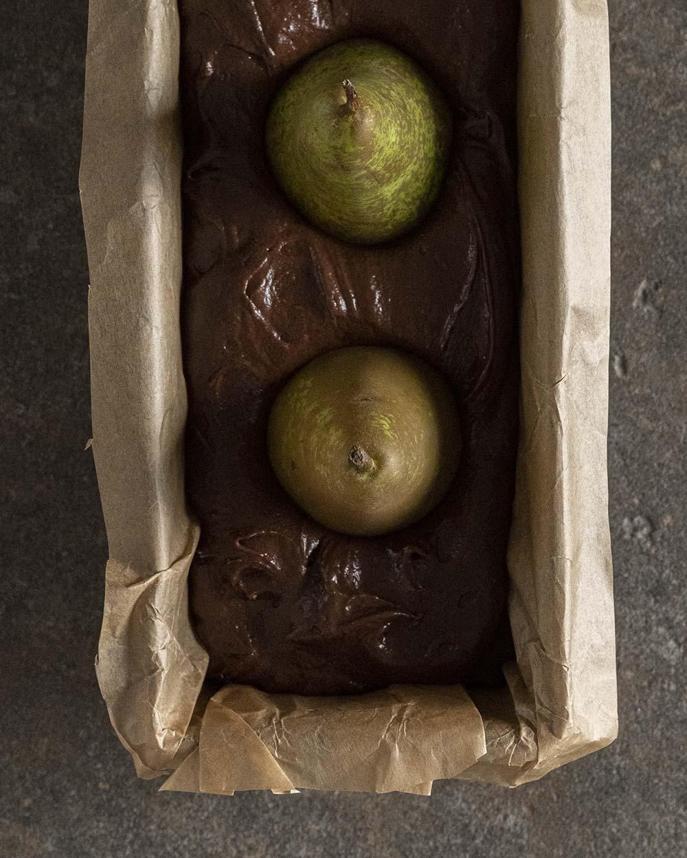 Ganze Birnen in einem Rührteig mit Kakao