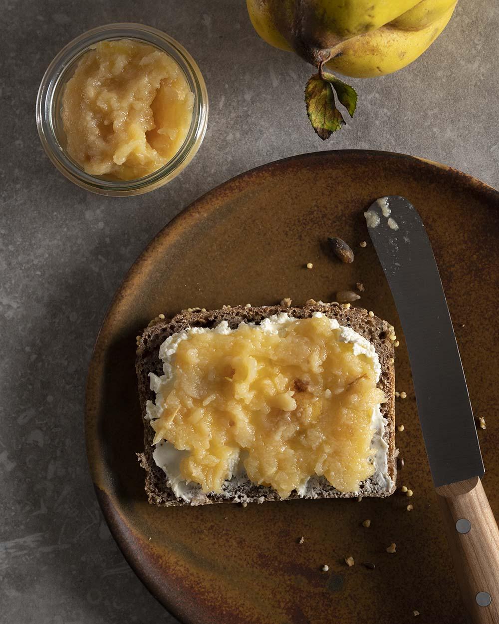 Quitten-Kompott auf Brot
