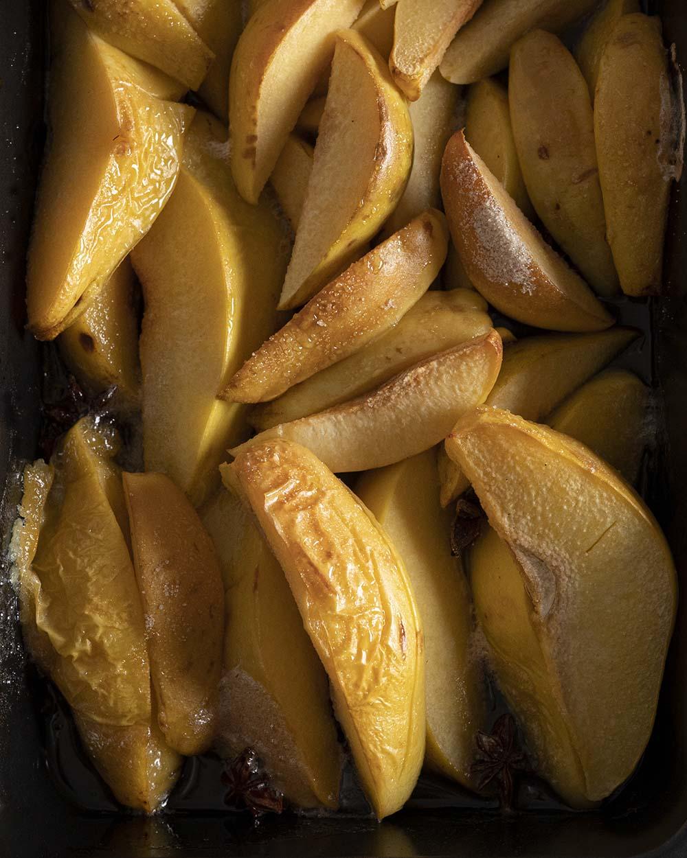 Nach 30 Minuten im Ofen werden die Quitten für das Quitten-Kompott weich