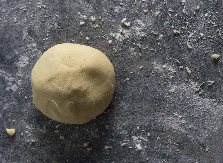 Eine Kugel fertig gekneteter Mürbeteig