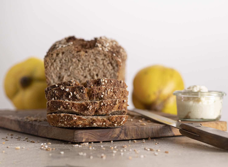 Angeschnittenes Quark-Quitten Brot mit Vollkornmehl