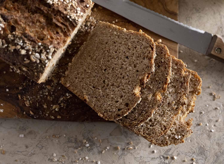 angeschnittenes Quark-Quitten-Brot mit fluffiger Brotkrume