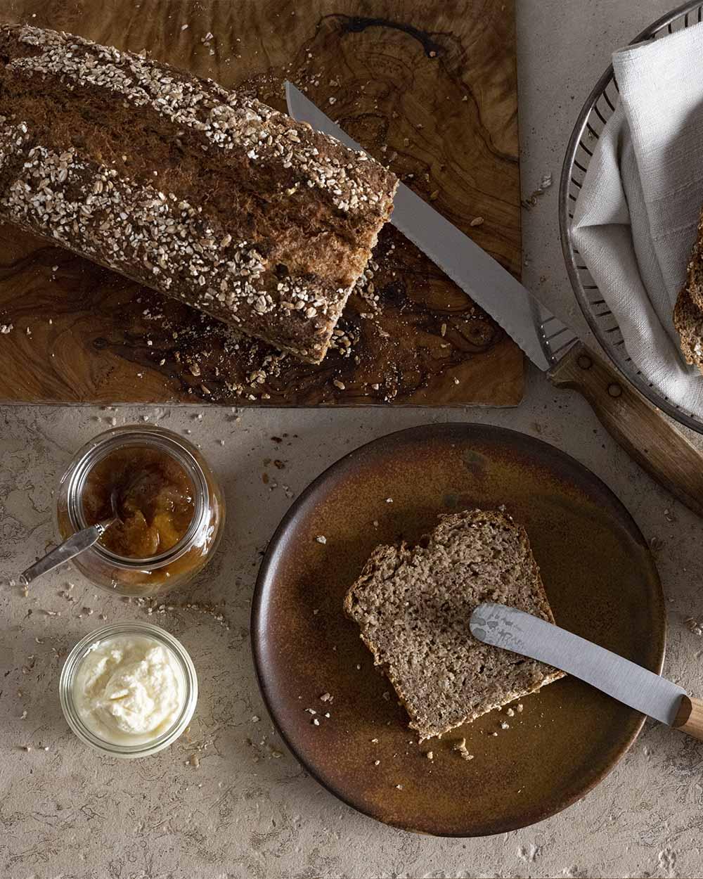Eine Scheibe Brot unseres Quark-Quitten-Brots auf einem Teller