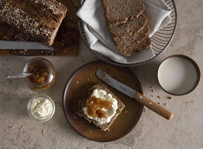 Eine Scheibe Quark-Quitten-Brot, bestrichen mit Quark und Marmelade