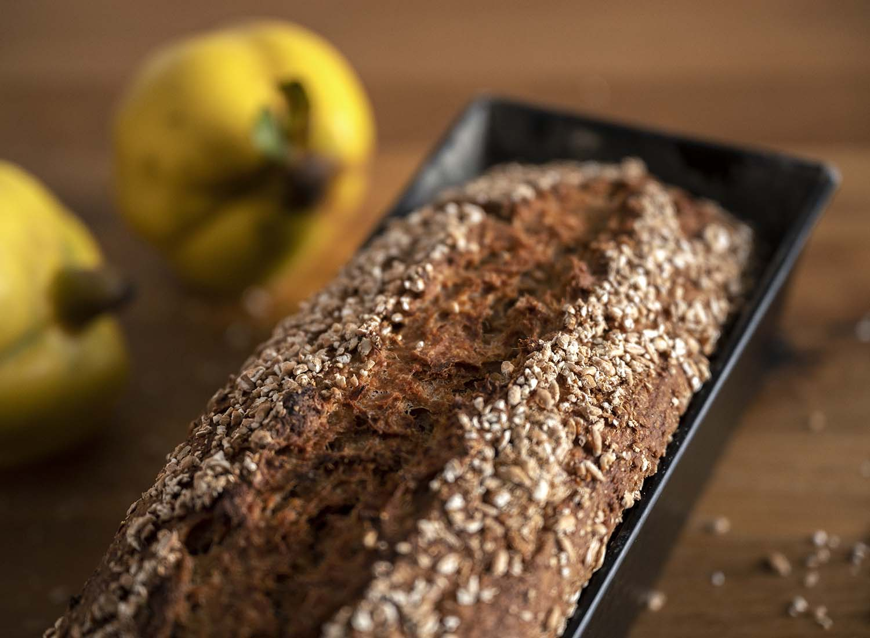 Selbst gebackenes Quark-Quitten Brot aus vollwerigem Mehl