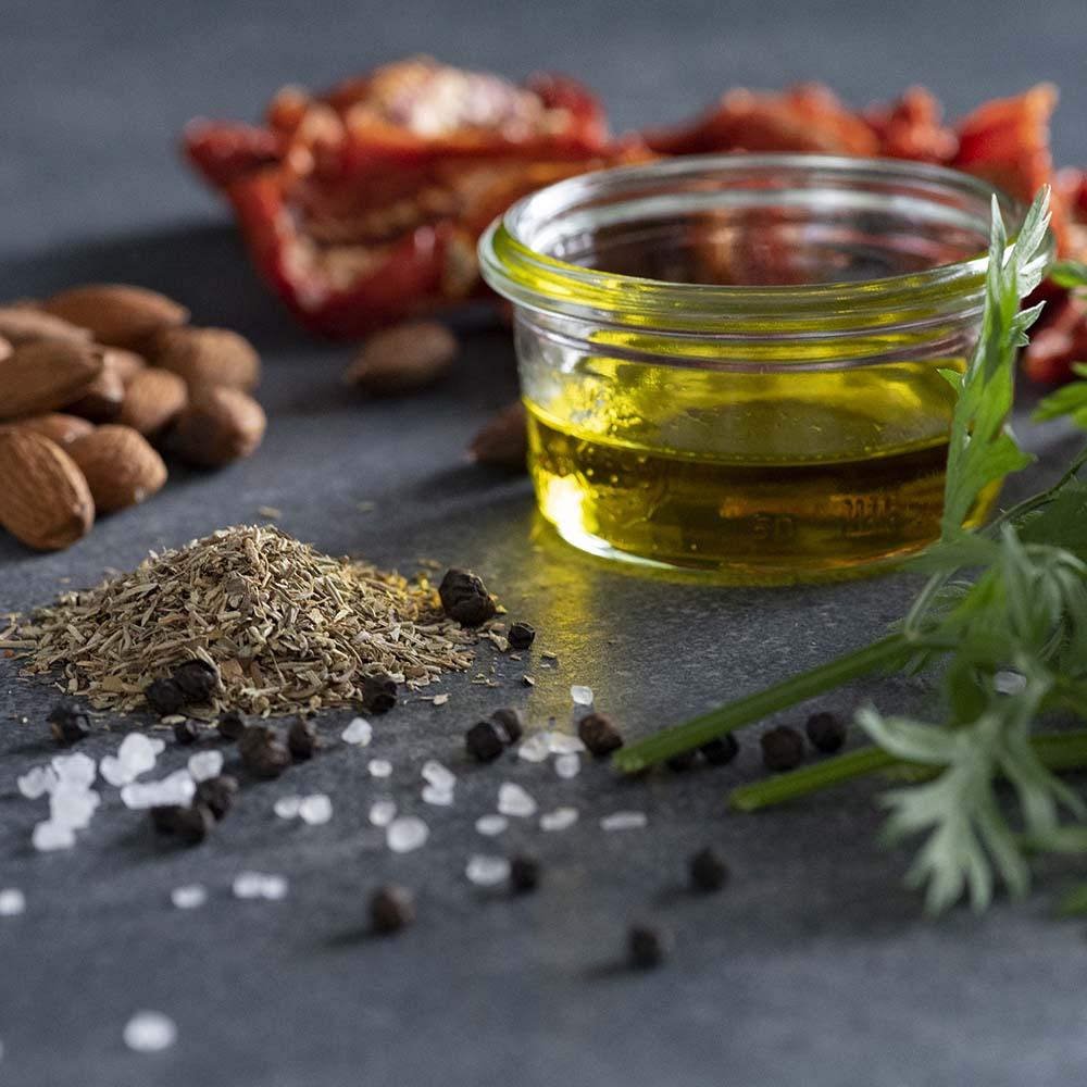 Nahaufnahme vom nativen Olivenöl für Tomaten-Pesto