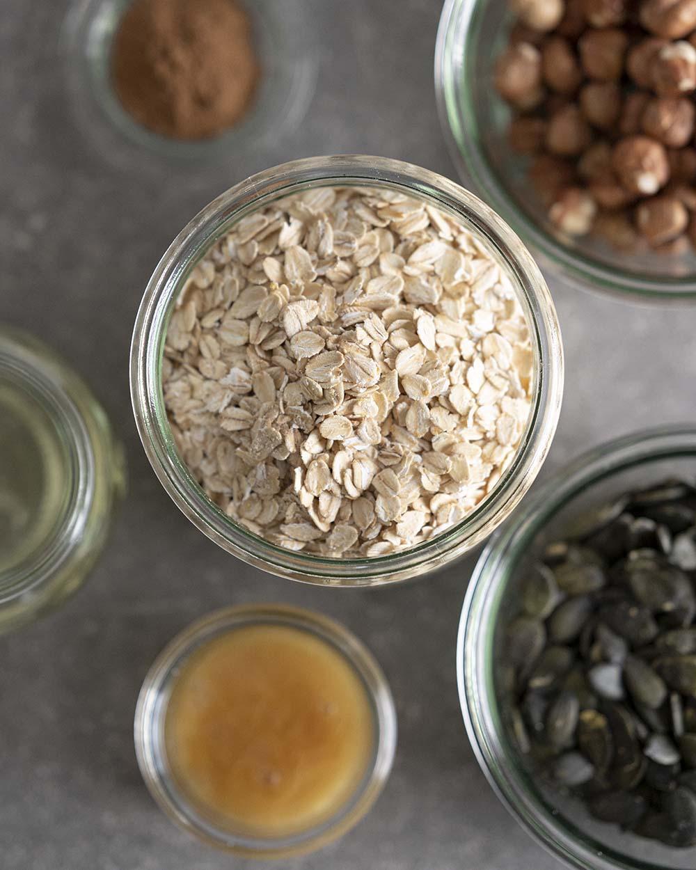 Die Zutaten für unser Granola: Haferflocken, Haselnüsse, Kürbiskerne, Honog, Zimt und Öl