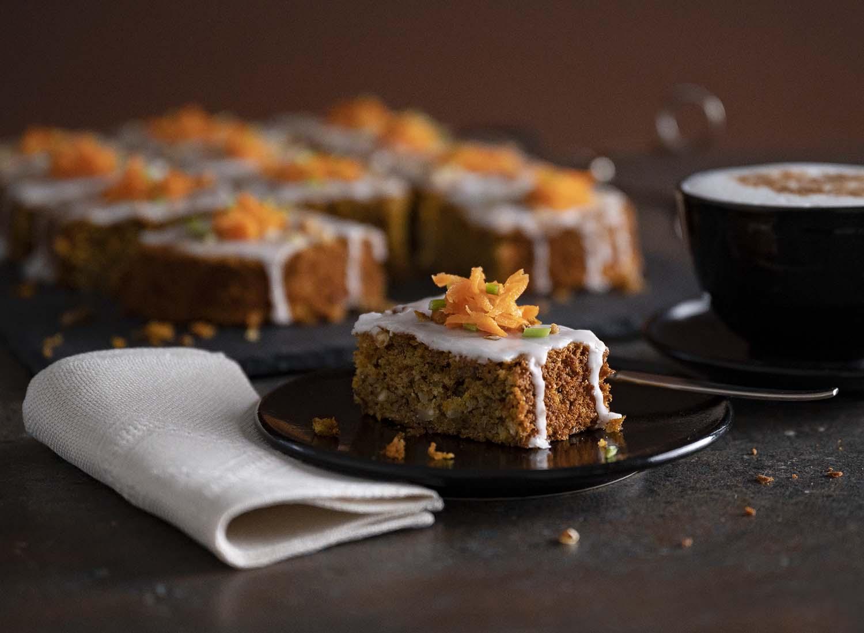 Ein Stück Möhrenkuchen, agerichett auf einem Teller